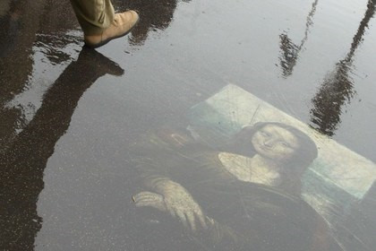 «Мона Лиза» на мокром парижском асфальте Фото: Алексей Куденко / «Коммерсантъ»
