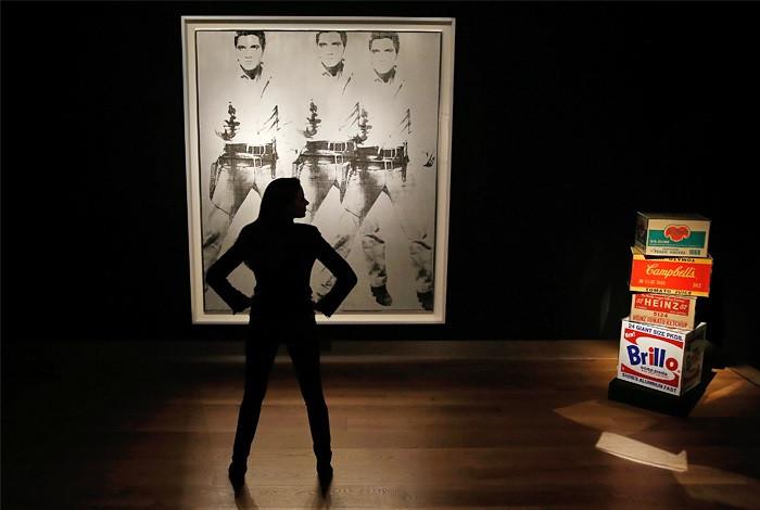 """Работа Энди Уорхола """"Triple Elvis"""" в лондонском зале аукционного дома Christie's     Фото: Reuters"""