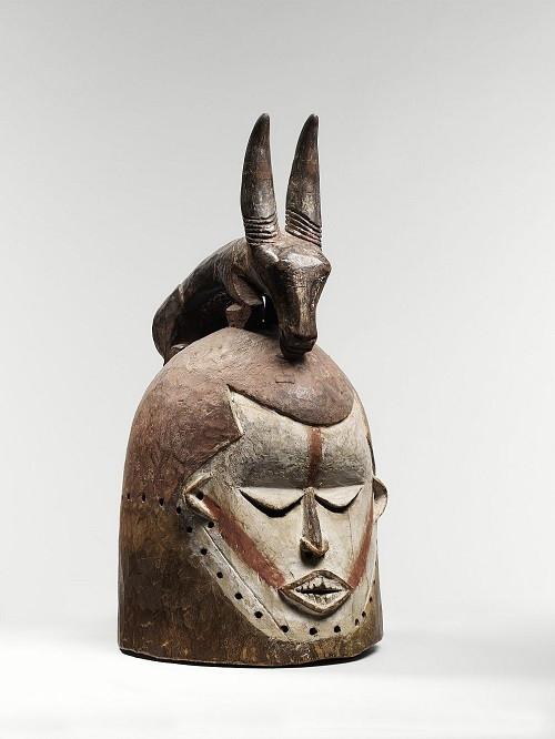 Антропоморфная маска-шлем Конго. Народность суку, XX век. Дерево, каолин Фото Museee du quai Branly/ photo Thierry Ollivier, Michel Urtado