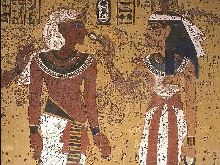 На росписях гробницы укреплены отходившие от поверхности красочные слои и сняты неоригинальные наслоения