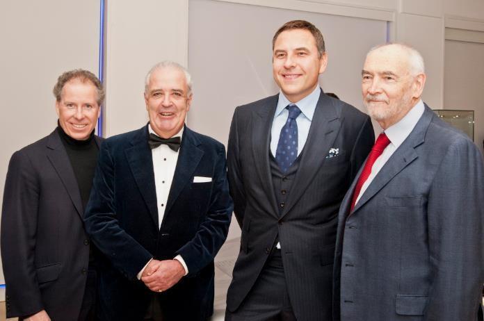 На фото: Дэвид Линли и Хью Эдмидс, Christies', а также актер Дэвид Уоллиамс и продюсер Майкл Дж. Уилсон. На фото справа: аукционист Хью Эдмидс ведет аукцион