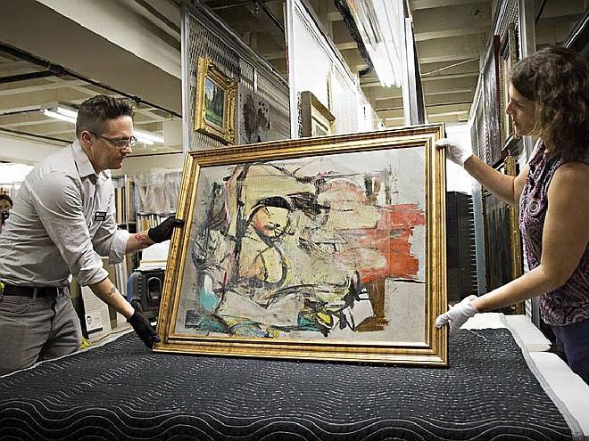 Найденную картину Виллема де Кунинга «Женщина — охра» готовят к осмотру в Художественном музее Университета Аризоны. Фото: University of Arizona