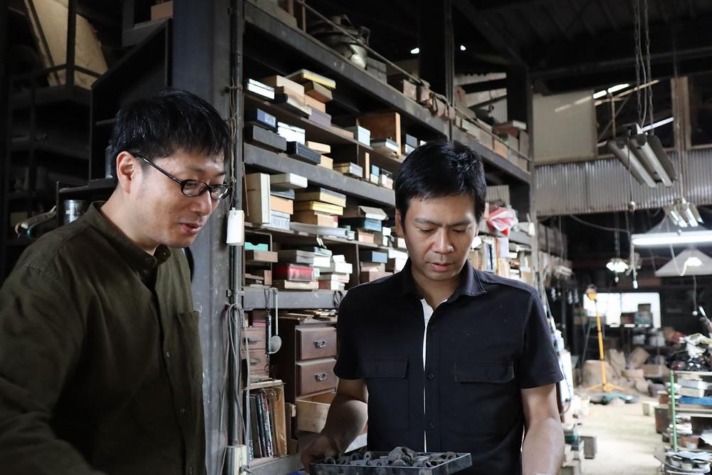 畠春斎(釜師)が角谷圭二郎氏(釜師)の工房を訪ねました