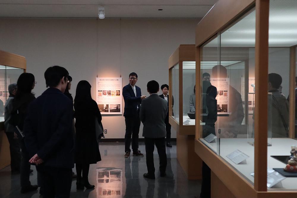 畠春斎(釜師)のギャラリートークに観客が耳を傾けました