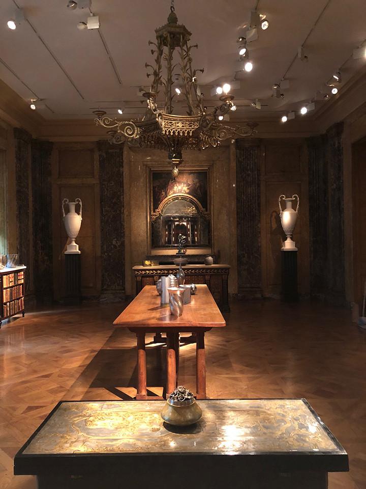 畠春斎(釜師)の茶釜のほか、多くの金工作家の作品が並んでいます