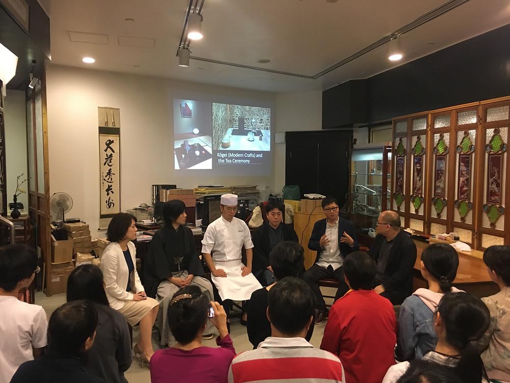 イベントで畠春斎が自身の茶釜について説明しました