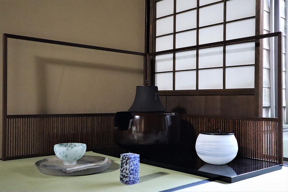 畠春斎の茶釜とガラスのお茶道具の取り合わせ