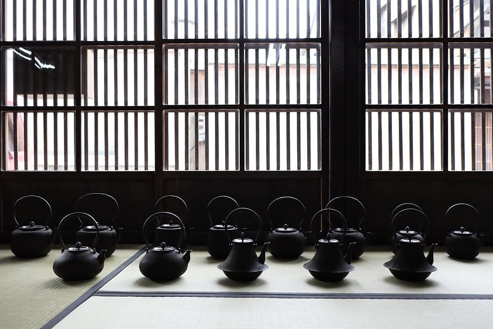 三代畠春斎作 筋文鉄瓶|Hata Shunsai ironkettle