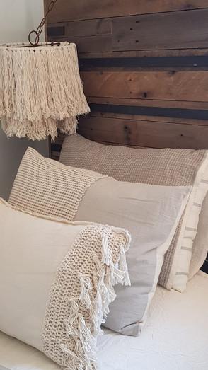 - Almohada Max (70 x 50 o 90 x 60) - Almohada Lalo (70 x 50 o 90 x 60) - Almohadón rectangular guarda tejida crochet y flecos (60 x 40)