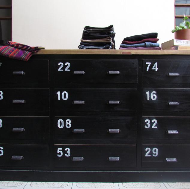 Cómoda 12 cajones negra y números