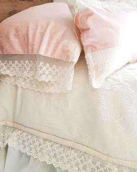 - Almohada Lulú velvet rosa con puntilla (50 x 70 o 90 x 60)  - Almohadón 60 x 40 raya velvet rosa