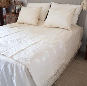 Pie de cama Thai, arabezcos y relieves