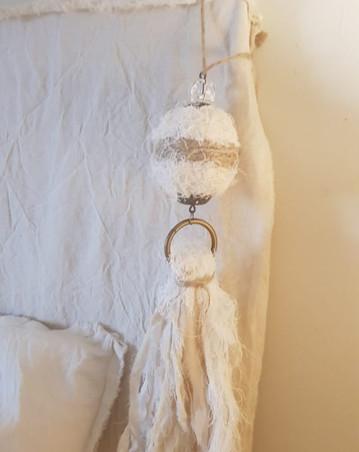 Puertero, esfera cruda y yute con aro y caída de tiras de tela