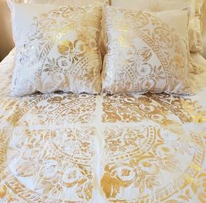 Almohadon cuarto de mandala gold 60 x 60