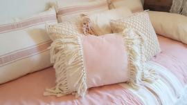 - Almohadas rayadas crudo y rosa viejo (70 x 50 o 90 x 60) - Almohadón velvet rosa triple fleco 60 x 40