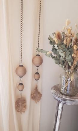Correcortinas, esferas y plumas de yute