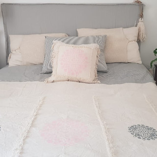 Manta mandalas gris y rosa pintada a mano