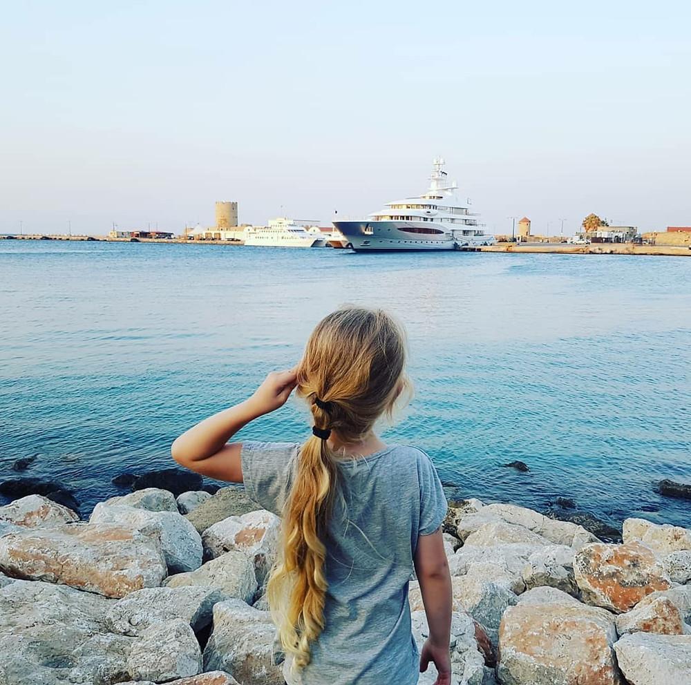 גל צופה בנמל
