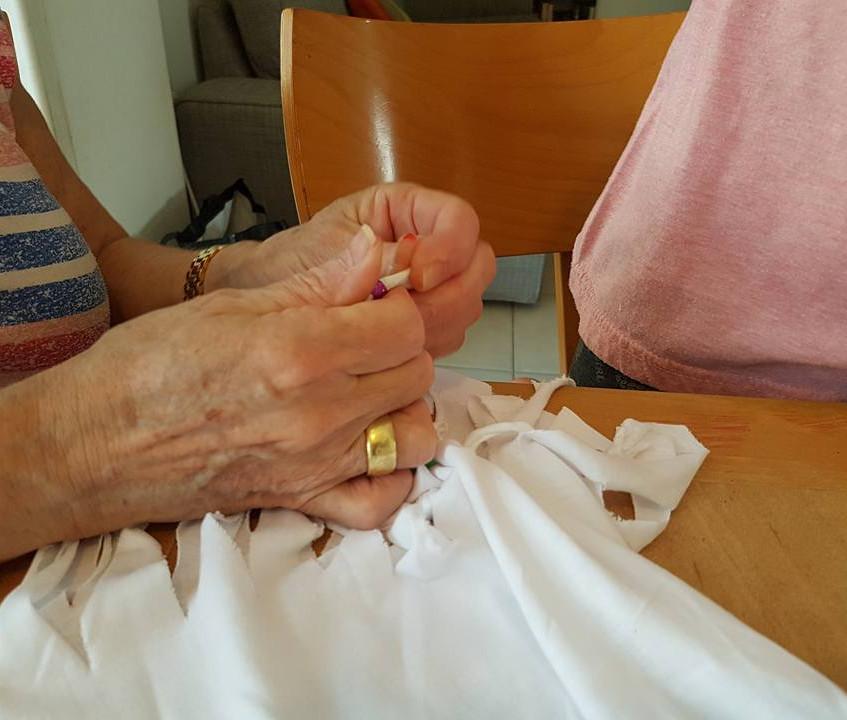 סבתא עוזרת לקשור