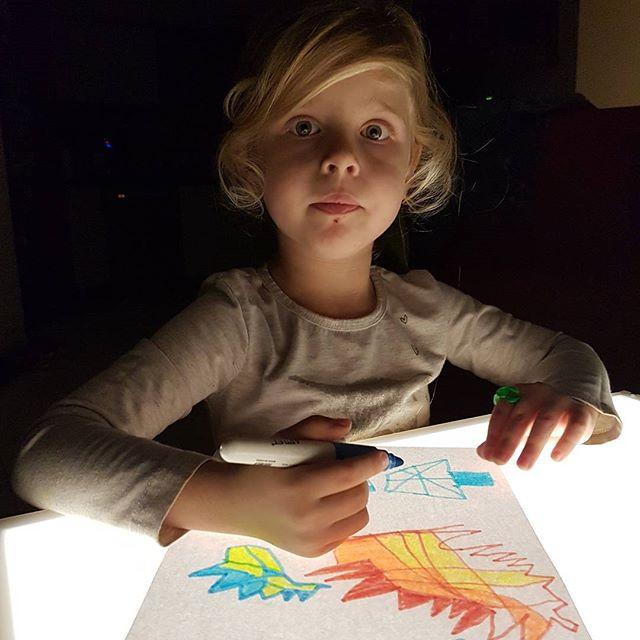 גל מציירת על השולחן אור