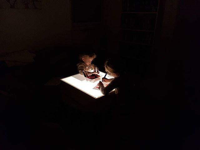 מציירות על השולחן אור