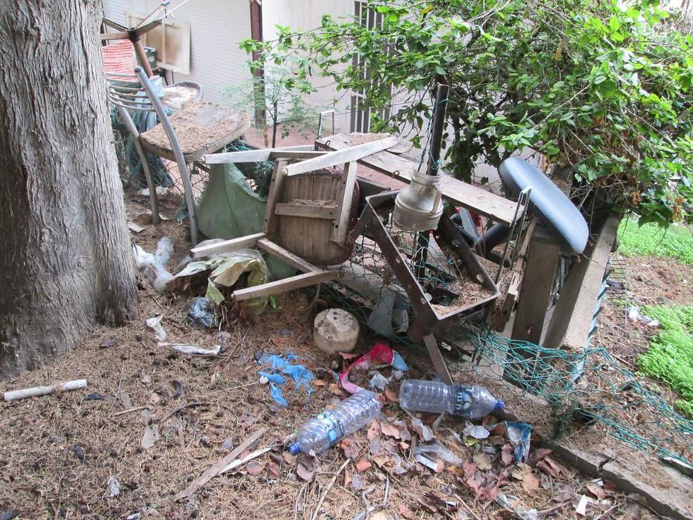 רהיטים מחכים למשאית זבל