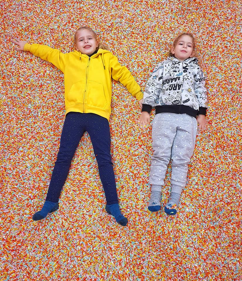 בבריכת סוכריות במוזיאון הסלפי