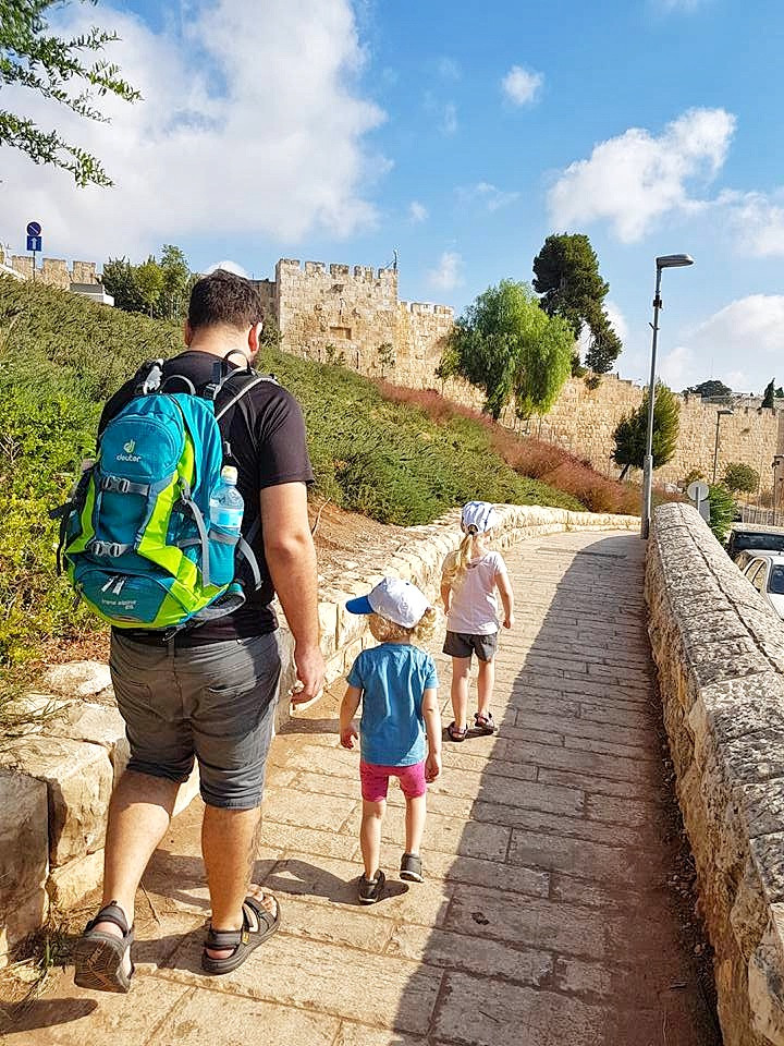 הליכת בוקר לצד חומות העיר העתיקה