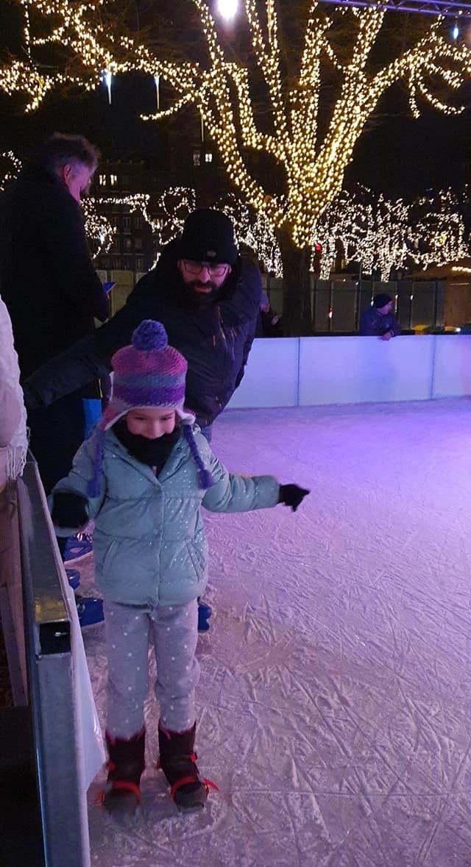 אור האלופה מחליקה על הקרח