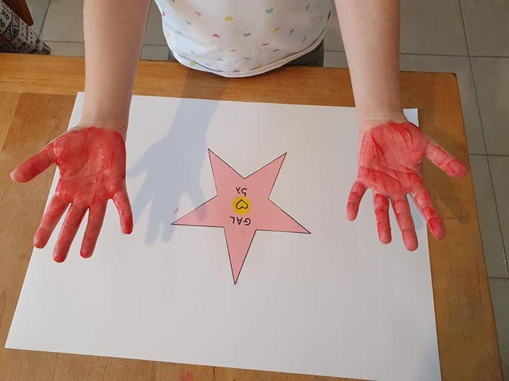 מחתימים את טביעות הידיים