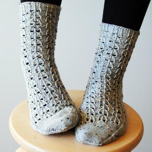 Evergrey Socks :: sock knitting pattern