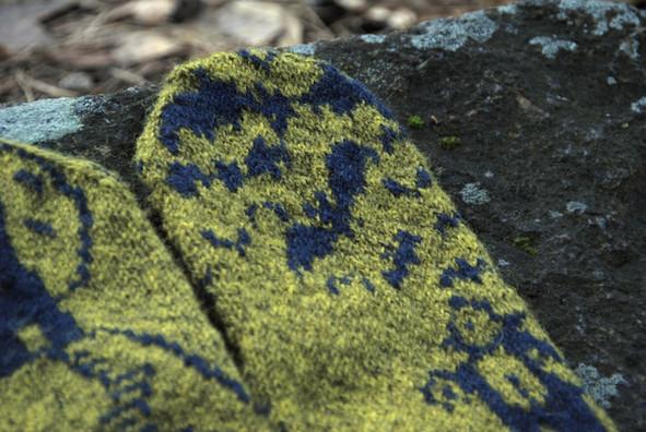 Dracula's Lair :: mitten knitting pattern