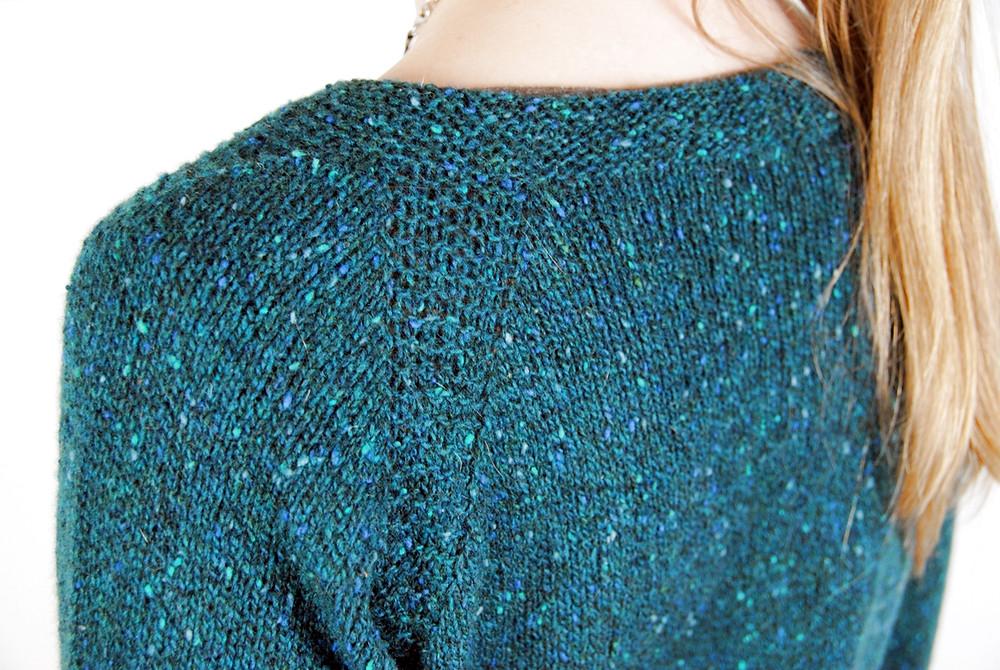 Garter stitch details in the raglan seams