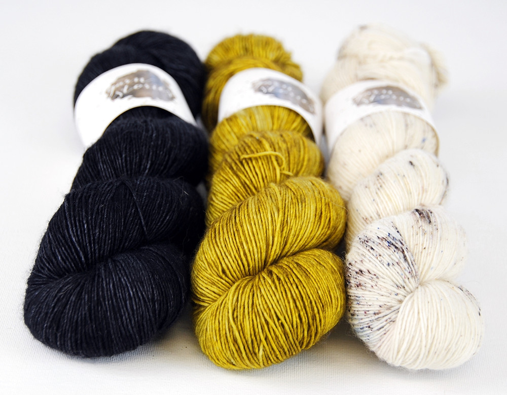 GarnStories Merino Singles in the colorways After Dark, Pesto, and Chain