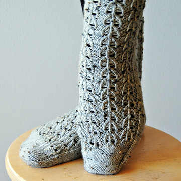Evergrey Socks :: sock knitting pattern