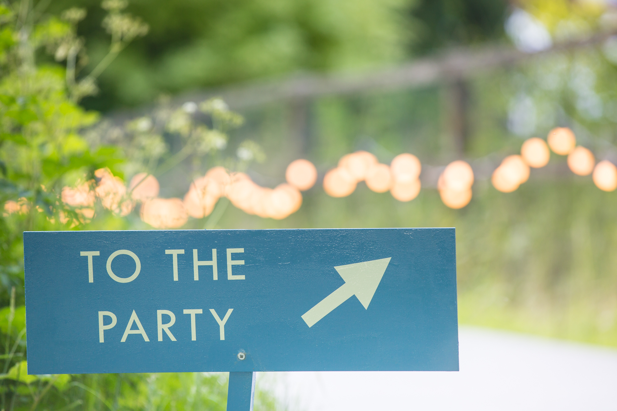 Sign to the party