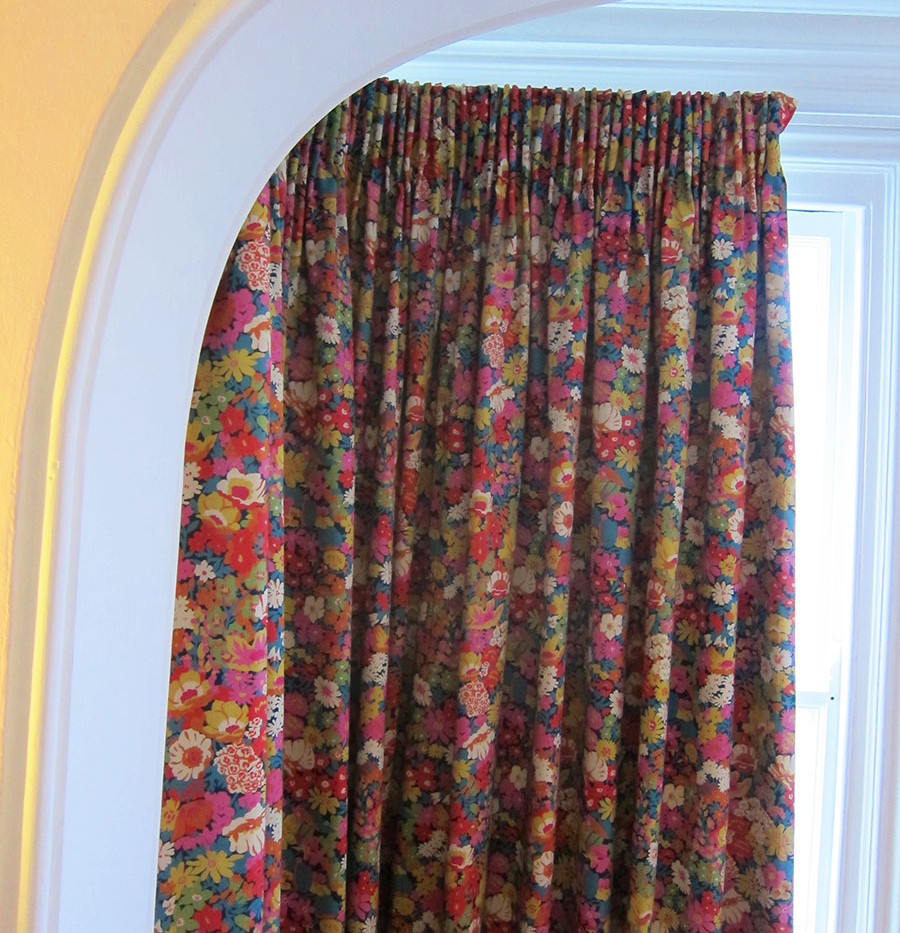 Liberty-Flowers-of-Thorpe-curtain-close-