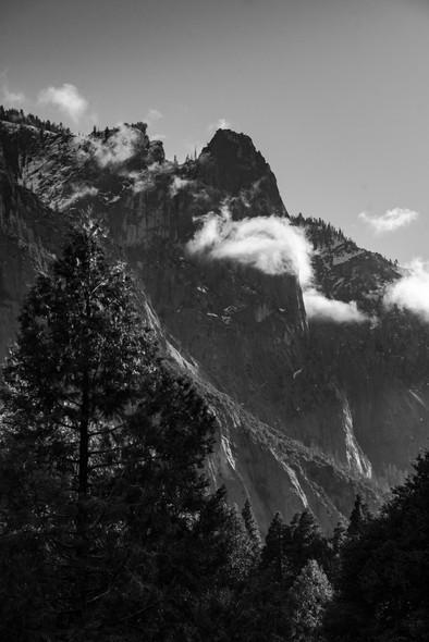 Vallée légendaire en noir et blanc.
