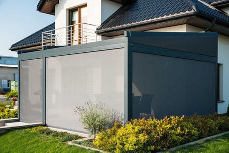 Sonnenschutz Terrasse mit Seitenrollläden