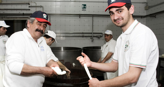 produzione-mozzarella-di-bufala-4-550x293