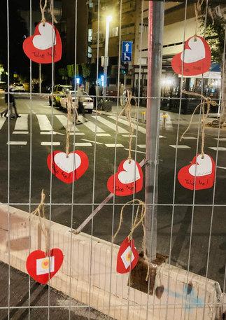 לבבות על גדרות בכיכר דיזינגוף