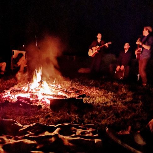 Un feu de camp dans les champs du domaine