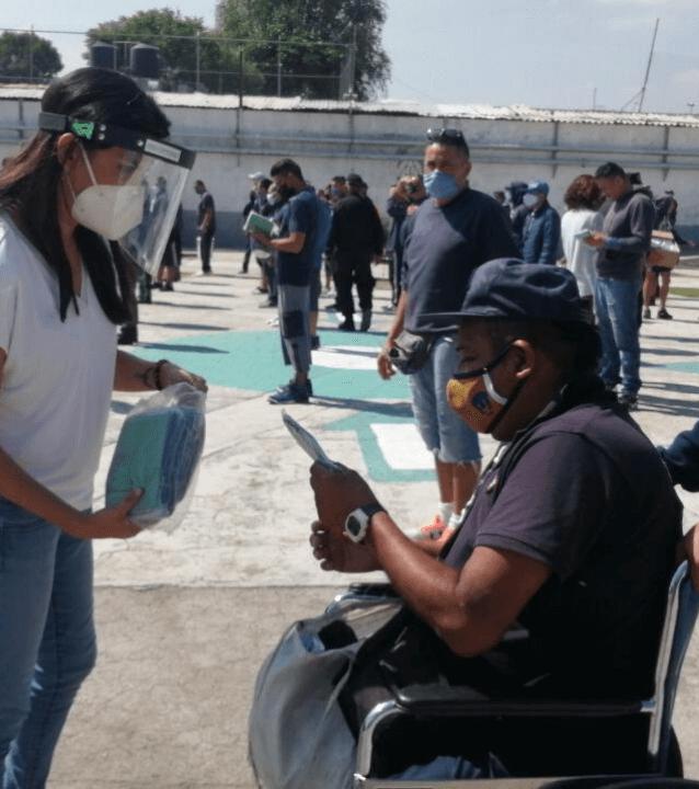 Entrega máscaras a persona con discapacidad