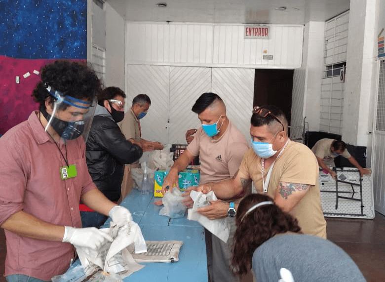 Acomodando material de donación