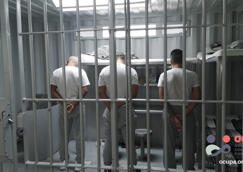 Tres internos dentro de su celda