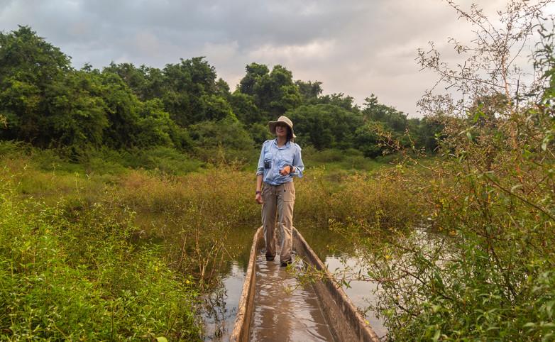 "Arqueóloga explorando la Selva Lacandona en un cayuco lacandón. Proyecto ""Colaboración Proyecto Arqueológico Metzabok, Chiapas. DEA-ASU-SAS"". Foto por Alberto Soto SAS/INAH"