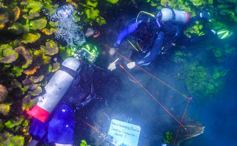 """Arqueólogos delimitando el pozo de excavación en el Manantial Media Luna, San Luis Potosí. Proyecto """"Arqueológico Media Luna"""". Foto por Alberto Soto SAS/INAH"""