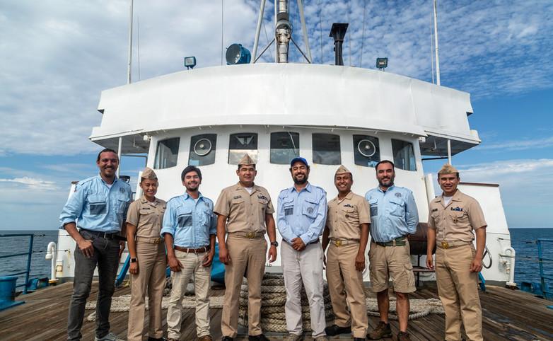"""Equipo de la SAS/INAH a bordo del Buque Oceanográfico Tuxpan de la SEMAR. Proyecto """"Cañon de cañones"""". Foto por Alberto Soto SAS/INAH"""