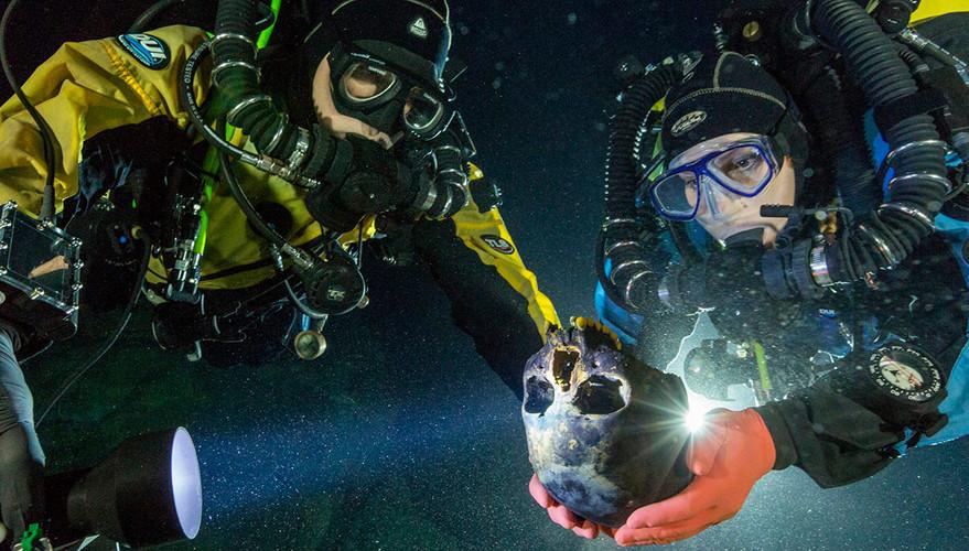 """Buzos recolectando el craneo de Naia, los restos humanos más antiguos encontrados hasta ahora en el continente americano. Proyecto """"Hoyo Negro"""". Foto por Proyecto Hoyo negro SAS/INAH"""