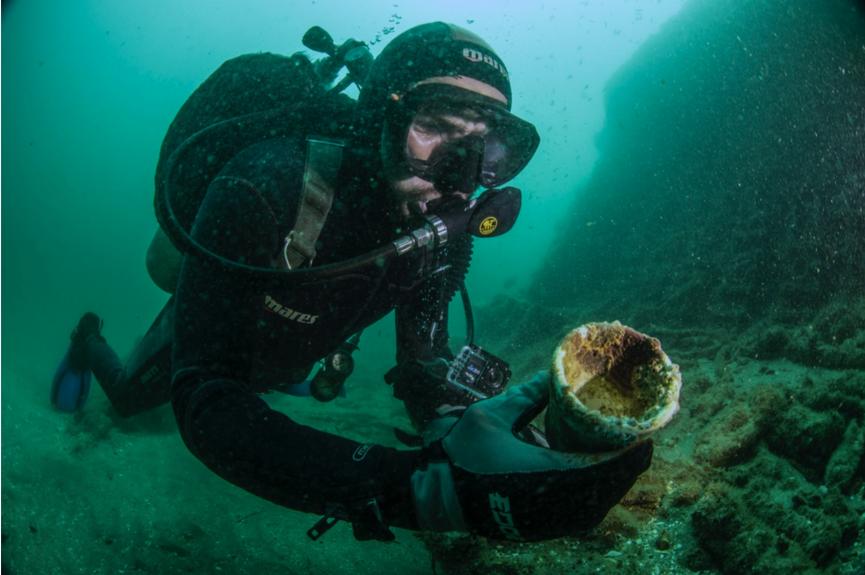 Buzo reconociendo un objeto hallado cerca de la Isla Margarita,  Baja California Sur. Foto por Alfredo Martínez SAS/INAH